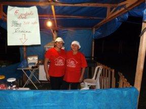 Jamile e Dona Dolíria na barraca do espetinho.