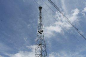 Prefeito visita instalação de torre de celular.