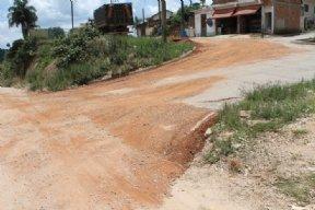 Departamento de Manuten��o de Estradas realiza obras de tapa buracos.