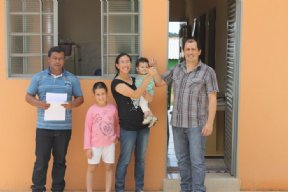 Prefeito faz a entrega de mais 3 casas do Programa Minha Casa Minha Vida.