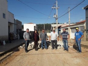 Prefeita acompanha pavimentação com lajotas em ruas do município