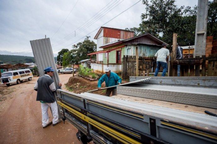 Município inicia distribuição de telhas para famílias mais afetadas