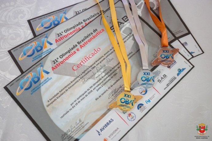 Alunas da rede municipal recebem medalhas da OBA 2018