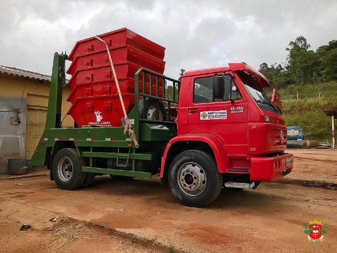 Prefeitura adquire caminhão poliguindaste e caçambas para coleta de entulho