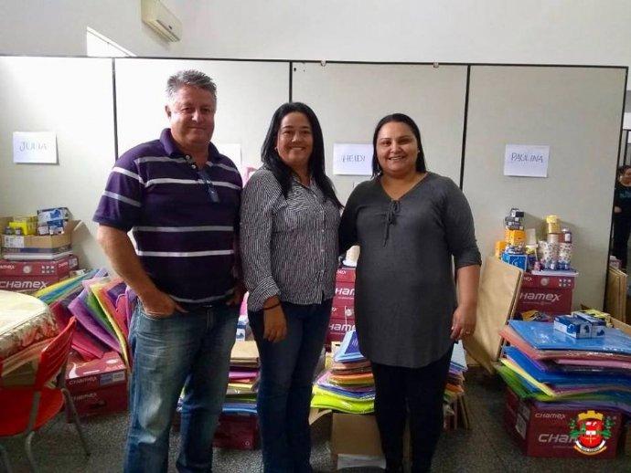 Secretaria de educação distribui materiais escolares na rede municipal de ensino