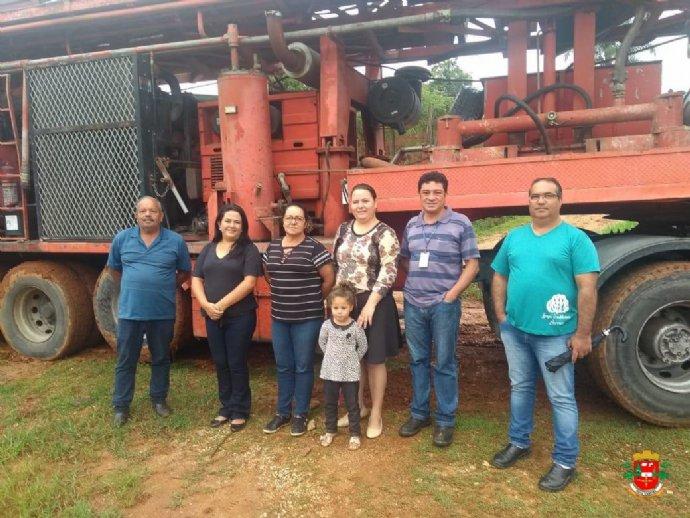 Prefeita acompanha início da perfuração do poço artesiano no Bairro Barreiro