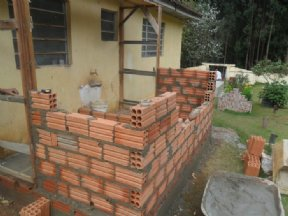 O Departamento de Obras está realizando a construção de banheiros no cemitério municipal.