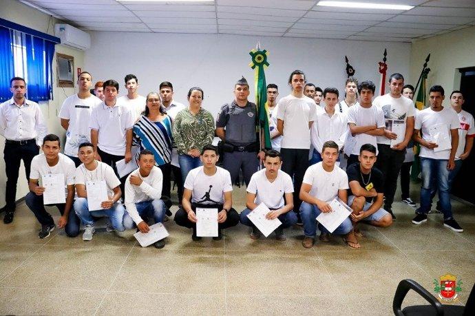 Jovens participam de solenidade de dispensa militar