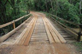 Departamento de Obras realiza a reforma da Ponte do bairro do Saltinho.