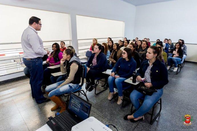 Estagiários da rede de ensino participam de formação