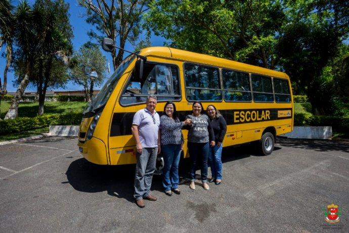 Prefeitura recebe mais um ônibus escolar