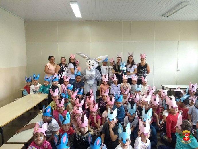 Prefeitura realiza entrega de ovos da páscoa aos alunos da rede de ensino.
