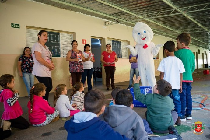 Zé Gotinha visita escolas municipais para reforçar a importância da vacinação contra a gripe