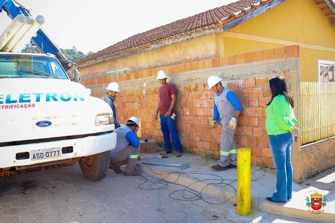 Prefeita acompanha instalação de novos pontos de iluminação pública