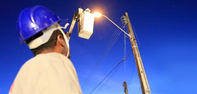 Troca de lâmpadas queimadas. Prefeitura informa a todos que está aguardando processo licitatório