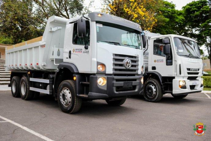 Prefeitura adquire dois novos caminhões para atender o município