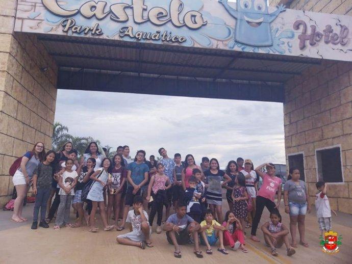 CRAS promove viagem recreativa a parque aquático