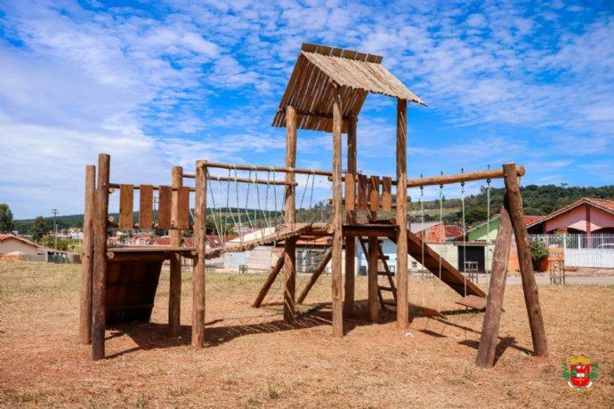 Prefeitura instala playgrounds em cinco bairros da cidade
