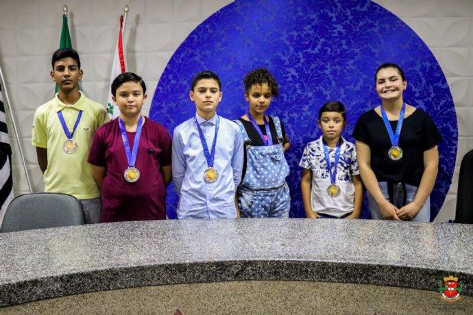 Alunos destaques recebem medalha Carlos Drummond de Andrade