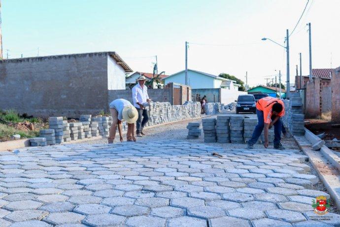 Rua Manoel dos Santos recebe pavimentação com lajotas