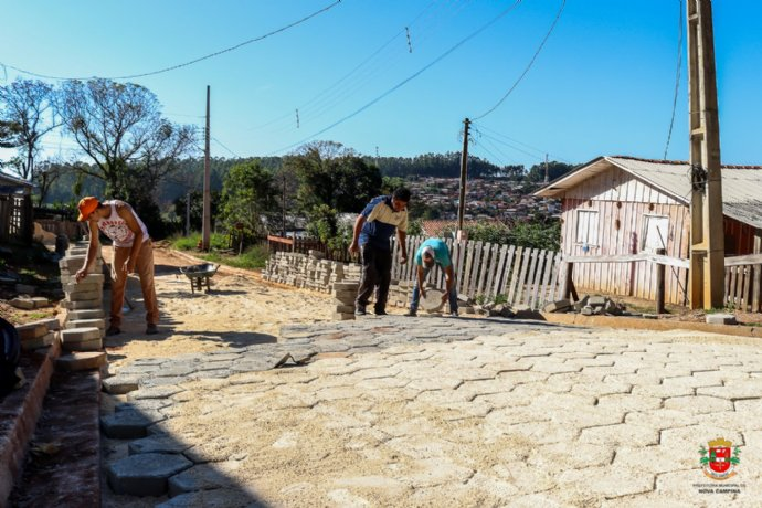 Obras de pavimentação com lajotas continuam em ritmo acelerado