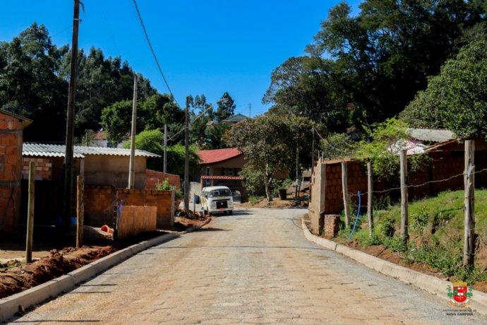 Prefeitura conclui pavimentação com lajotas da Rua Nelson Mateus de Oliveira