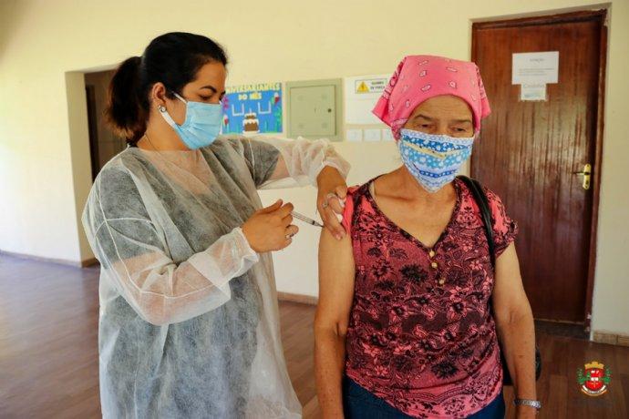 Idosos entre 69 e 71 anos receberam vacina contra a Covid-19