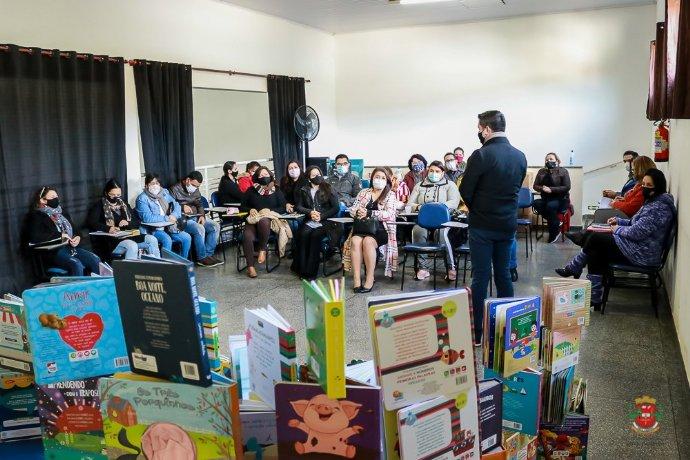 Secretaria de Educação entrega novos livros de Literatura Infantil para Escolas