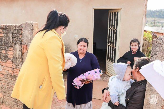 Prefeitura iniciou entrega de cobertores para famílias em vulnerabilidade social