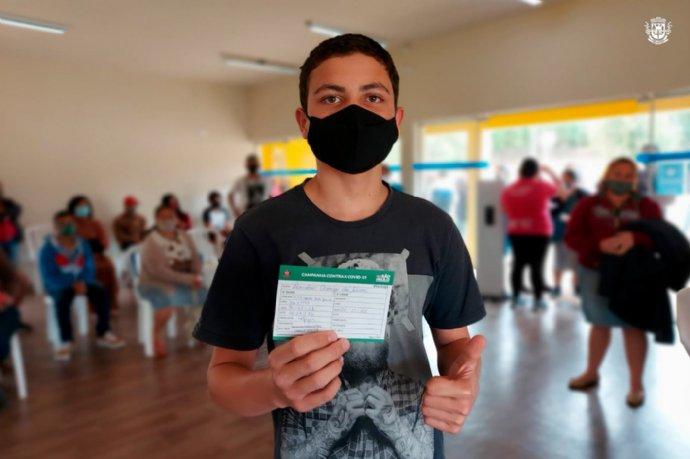 Adolescentes de 14 e 15 anos recebem vacina contra a Covid-19 em Nova Campina