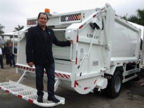Prefeito assina convênio de caminhão compactador de lixo