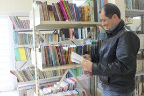 Prefeito visita novo acervo da Biblioteca Municipal.