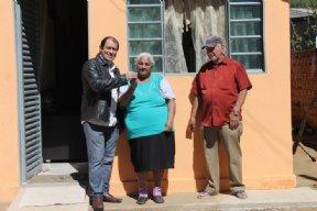 Prefeito faz a entrega das casas do Programa Minha Casa Minha Vida.